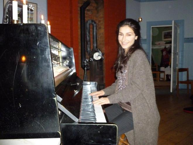 laleh playing the piano